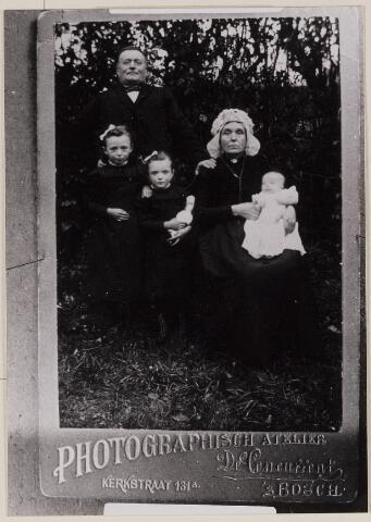 084267 - Huisgezin Van den Broek-Brouwers. Achter: Petrus van den Broek; voor hem Maria van den Broek, Catharina van den Broek, Carolina Brouwers met Henricus van den Broek.