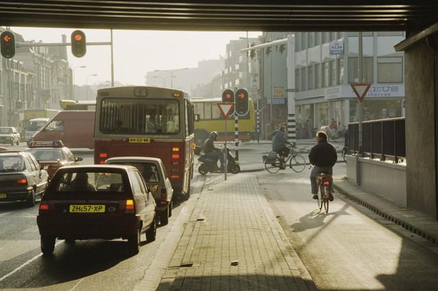 TLB023000808_003 - Zicht op de Spoorlaan en de Heuvelring, van onder het viaduct NS-Plein.