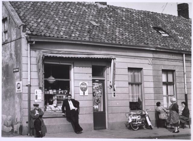 024066 - Buurtwinkeltje op de hoek Oranjestraat (links) en Anna Pauwlonastraat. Tegenwoordig Koningsplein.