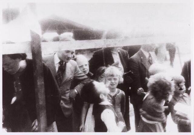 013642 - Tweede Wereldoorlog. Drukte op een terrein aan de Ringbaan-Zuid, waar op 16 juli 1944 kinderspelen werden georganiseerd ten behoeve van de vrijwillige luchtbescherming