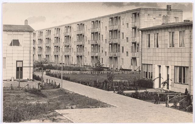 014506 - Achterzijde van in aanbouw zijnde flat aan de Caspar Houbenstraat. De huizen links en rechts staan aan de Beemsterstraat
