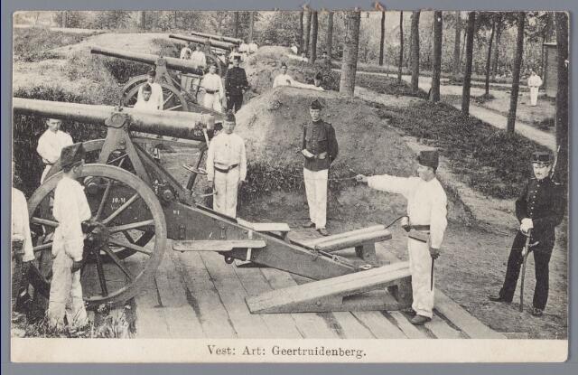 058363 - Militairen. Vesting Geertruidenberg. Soldaten van het 3 Regiment Vestingartillerie oefenen met 10cm-houwitsers op de vestingwal.