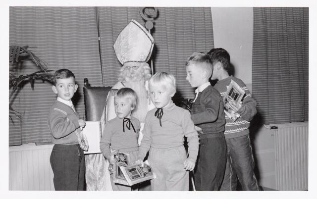 038714 - Volt. Oosterhout. Sint Nicolaasviering voor de kinderen van het personeel in 1960. De kinderen dragen allemaal een taai-taaipop. Fabricage- of productie vond in Oosterhout plaats van april 1951 t/m 1967. Sinterklaas. St. Nicolaas