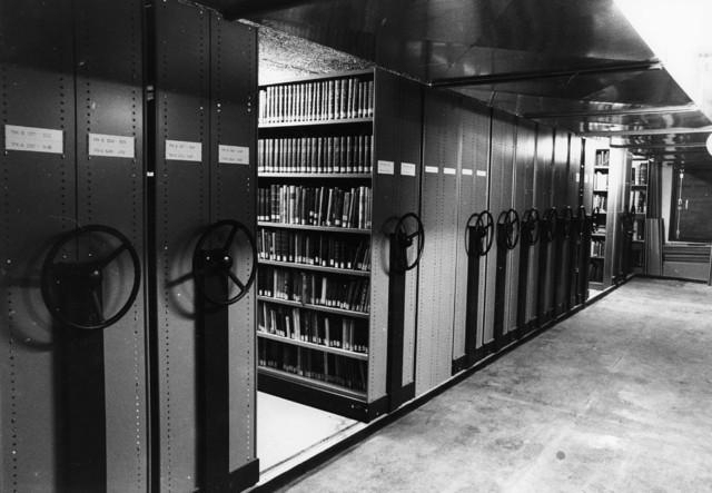1238_F0199 - Boekendepot in Universiteit Tilburg. Archiefkasten met boeken en tijdschriften.