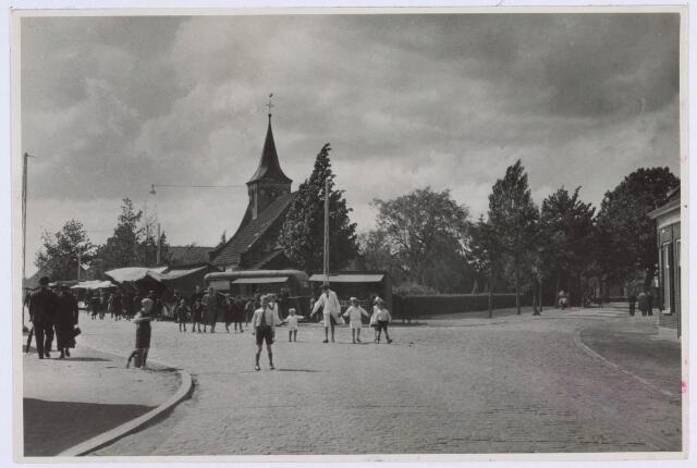 020271 - Drukte rond de Hasseltse kapel. Getuige de kraampjes is deze foto in mei gemaakt