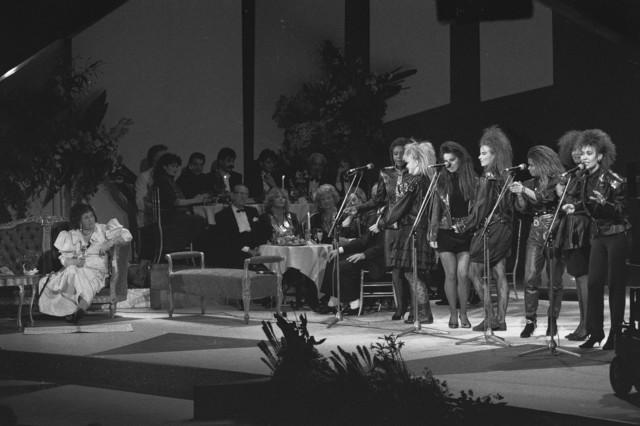 TLB023002557_001 - Optreden van de Dolly Dots met op de bank links Zangeres zonder naam (Mary Servaes-Bey)