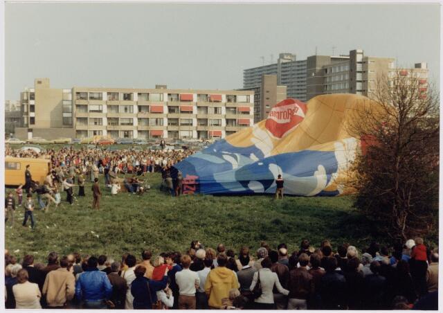 043185 - Nabij het Wagnerplein werden ballonvaarten gehouden b.g.v. koninginnedag 1980.