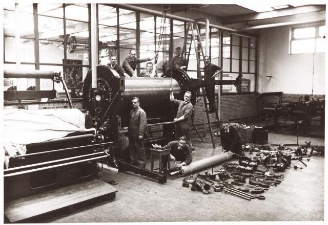 052187 - Onderwijs. Textielschool. Dagcursus 1935/1936 appreteren en verven. C. Wouters, D. Grutterink,Jansing, L. Gaillard, monteur A. Dussen en Ch. Janssens.