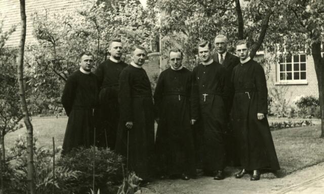 600432 - Fraters en schoolmeester in de tuin van het fraterhuis te Udenhout. Derde van links directeur frater Ireneûs