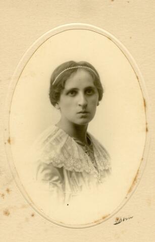 "092939 - Gertruda Theresia Maria Wouters, geboren te Tilburg op 6 oktober 1863, dochter van wolhandelaar Franciscus Gerardus Wouters em Margaretha Reijners. ""Mejuffrouw Truce"" verbleef later in het St. Elisabethgesticht in Vught."