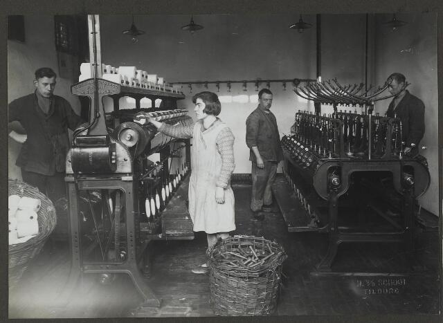 071871 - De garenspoelerij en werknemers van stoomverij en chemische wasserij De Regenboog aan de Bredaseweg. De foto is afkomstig uit een album dat werd gemaakt en aangeboden naar aanleiding van het 40-jarig jubileum van textielfabriek De Regenboog van de firma Janssen en Bierens op 2 december 1930.