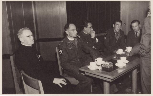 053726 - Ontvangst op het paleisraadhuis van de Koreastrijders; majoor pater v.d. Vrande en enkele Koreastrijders