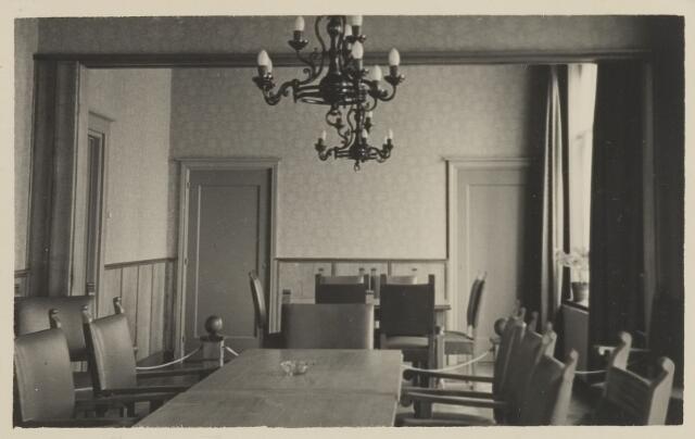 058698 - Interieur raadzaal gemeentehuis. Ingebruik genomen op 6 september 1952 na de verbouwing.