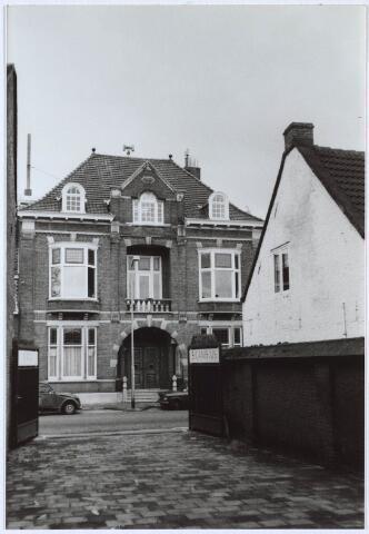 024716 - Voormalig woonhuis van de familie Janssen - Franken aan de Korvelseweg gezien vanuit de poort van de St. Canisius Mavo