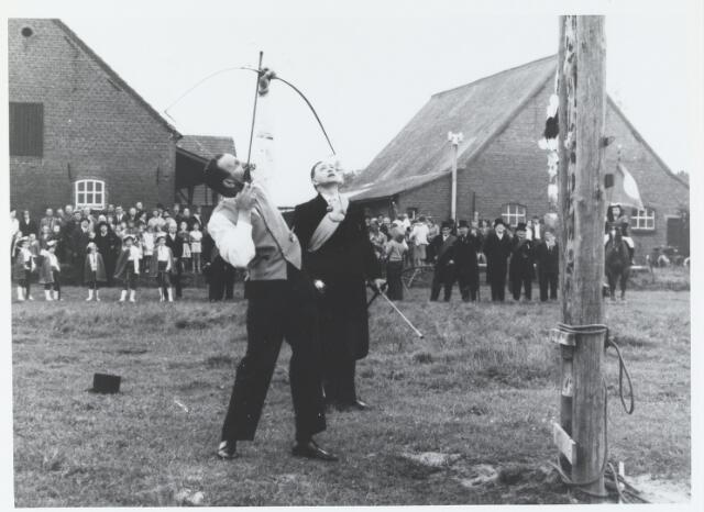 055697 - Tijdens het koningsschieten van het gilde Sint Sebastiaan werd deze foto genomen door Jef van der Heijden in 1948. De foto was bestemd voor een reportage in ´Edele Brabant´
