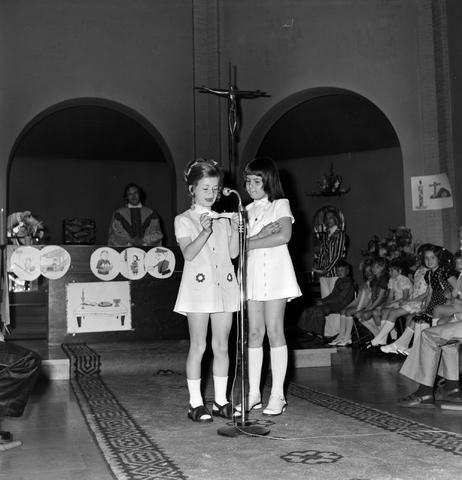 1237_006_251-2_008 - Eerste heilige communie in de Margarita Maria Alacoquekerk. Viering door kapelaan Mennen in mei 1974.   Religie. Kerk. Parochie Ringbaan West.