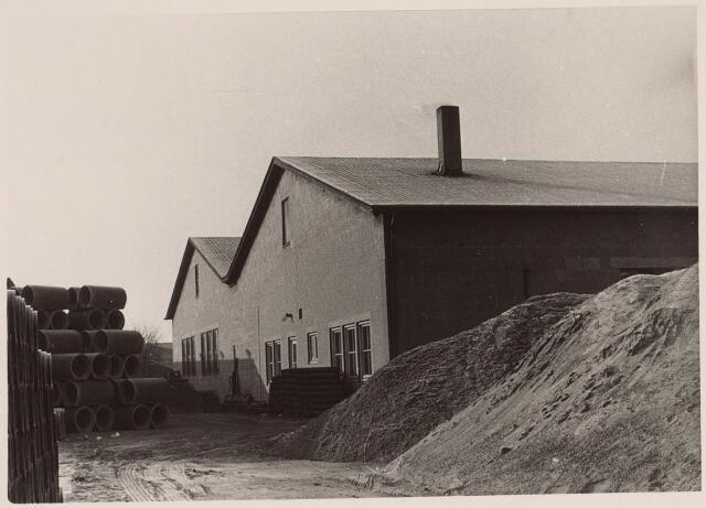026014 - Eindprodukten en grondstoffen liggen opgeslagen op het erf van betonfabriek Van Geel aan de Lovense Kanaaldijk