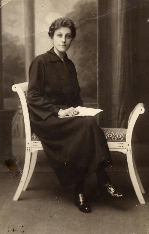 092308 - Maria Anna Francisca (Miet) de Kort, geboren te Tilburg op 6 augustus 1898, dochter van Wilhelmus Cornelis de Kort en Anna Maria de Lepper. Zij trouwde met schilder Arnoldus Sleegers en overleed te Tilburg op 20 juli 1983.