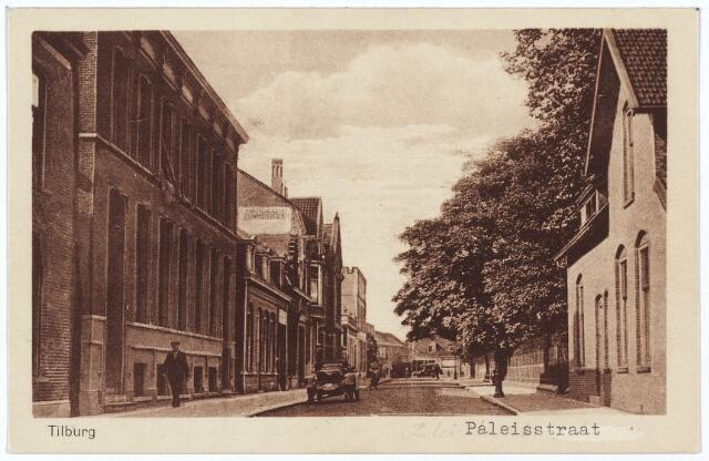 002539 - De voormalige Paleisstraat, richting Monumentstraat/Markt, met rechts het pand Paleisstraat nr. 1, de conciërgewoning van de Rijks H.B.S. Koning Willem II. De laatste conciërge was Willem Frederik Brooijmans, geboren te Tilburg op 21 april 1873. Het verliet het huis op 7 februari 1934, waarna het pand werd gesloopt. De grond werd bij het Willemsplein getrokken en daardoor kreeg men een vrij uitzicht op de achterzijde van de voormalige Rijks H.B.S, die even later in gebruik zou worden genomen als paleis-raadhuis. De conciërgewoning van het paleis-raadhuis kwam in het souterrain van dit pand en kreeg in 1936 het adres Paleisstraat nr. 1. De eerste congiërge van het paleis-raadhuis was Huibertus Kooiman. Links nog een stukje van het pand Paleisstraat nr. 2. Dit pand stond op de hoek van de Prinses Sophiastraat.  Tot 1939 woonde in dit pand timmerman Gerardus C.J. van der Aa. Daarna werd het samengetrokken met het pand Prinses Sophiastraat nr. 1 en herbergde het achtereenvolgens de opbouwdienst, de distributiedienst, de gemeentelijke werkeloosheiddienst en de 6e afdeling van de gemeente-secretarie: de afdeling sociale zaken. Daarnaast het pand Paleisstraat 4/6. Op nummer 4 woonde tot 1924 Francois A.J.M. Gimbrere, parapluie-fabrikant, getrouwd met Catharina J.L. Nolet uit Schiedam.  Vervolgens woonde er tot 1930 de Duitse fabrieksdirecteur Carl Quadrij en in de jaren 1930-1935 koopman Johannes A.M. Steinhoff. Op nummer 6 woonde van 1917 tot december 1934 bankdirecteur Cornelis Kaag. Na zijn vertrek werd dit gedeelte van het pand in 1936 gesloopt om plaats te maken voor nieuwbouw. De nieuwe woning werd betrokken  Mattheus Kastelijn, assistent-directeur van de belastingen.