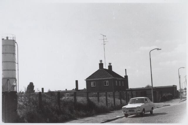026008 - Lovense Kanaaldijk ter hoogte van de woning en fabriek van A. van Geel in 1969