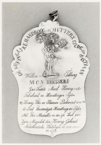 067398 - Schuttersgilden. Handboogschuttersgilde Sint Sebastiaan. Zilveren koningsschild uit 1861 (voor de tweede maal koning) van Martinus Cornelis Nicolaas Bressers (1823-1902).