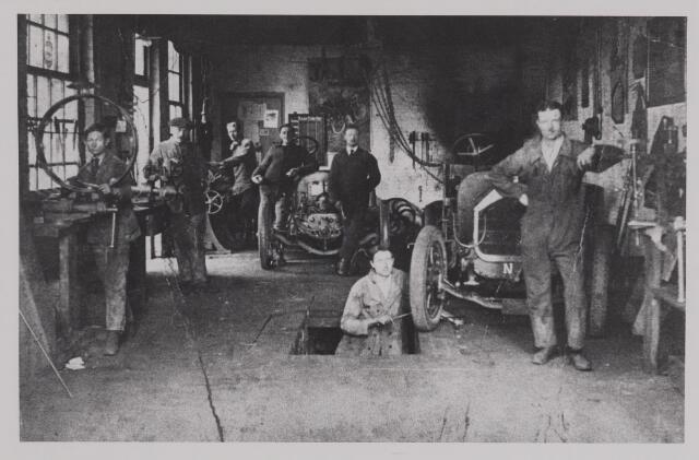 040390 - Motorvoertuigen. Werkplaats van de garage van Th.A.M: Knegtel, handelaar in auto's. Forddealer. Van links naar rechts Jan Teeninga, Jan Reynen, Jan Grielen, Karel Caljee, Ado (Malmedy) Chris Vise, later chaffeur, Adler Bronkhorst