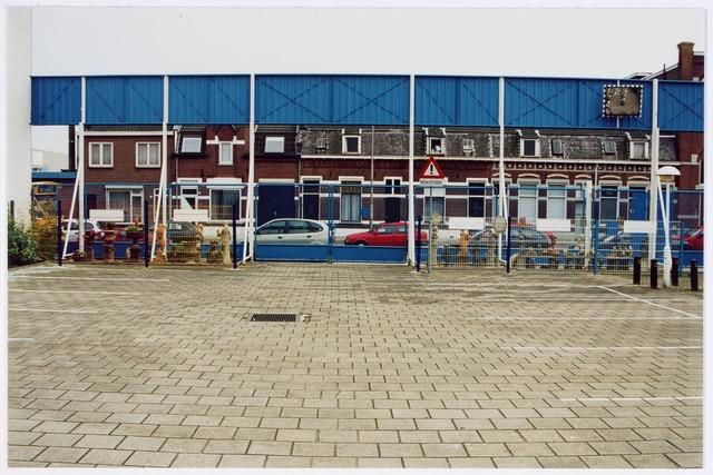 034119 - Het parkeerterrein van de firma van Gorp Bolsius aan de Voltstraat nr. 43 in 1998. In 1958 bouwde Volt op deze plek magazijnen en een garage. In 1971 nam eerder genoemde firma het geheel over van Volt. Op deze plek is nu de Ir. Kippermanstraat. Hij was directeur van Volt van 1934 tot 1960.