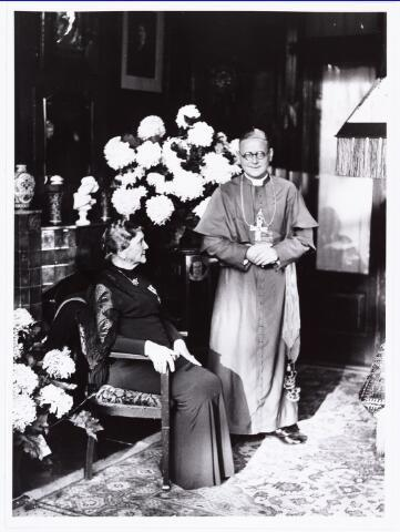007625 - Bisschopswijding Mgr Pessers, mgr Pessers met moeder. Mgr Pessers is geboren 5 februari 1896, gestorven 3 april 1961.