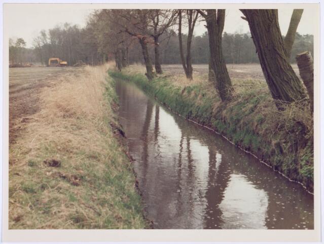 018988 - Stroompje (de Leij?) nabij de Gilzerbaan. op de achtergrond werkzaamheden. (Verbreding van de Leij)
