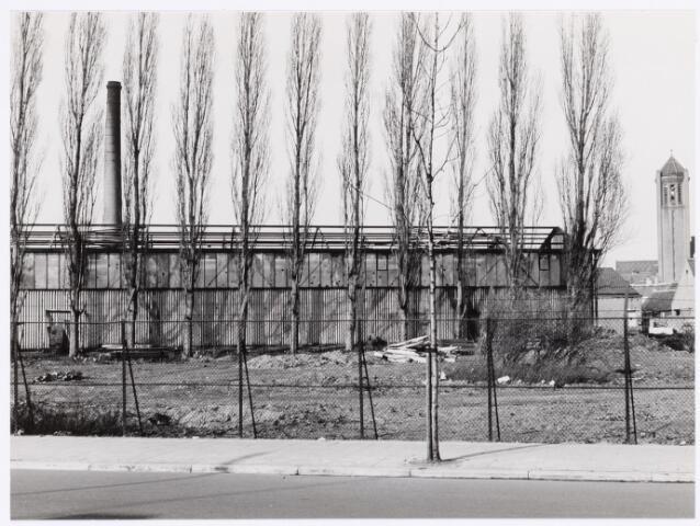 039170 - Volt. Zuid. Nieuwbouw, Gebouwen. Het bouwrijp maken t.b.v. de bouw van het nieuwe hoofdkantoor AH en hal Z aan de Groenstraat in 1959.  Het dak van de oude stalen loodsen is reeds gesloopt. Foto genomen vanuit de Groenstraat.Rechts de toren van de kerk van Broekhoven I.