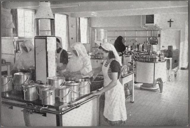 010119 - Interieur van de keuken van bejaardenpension St. Jozefzorg aan de Ringbaan-Zuid.