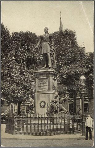 011267 - Standbeeld koning Willem II op het Buitenhof in den Haag. In 1924 werd het verplaatst naar de Heuvel in Tilburg.