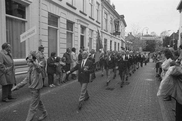 TLB023000115_002 - Parade met veteranen van de Prinses Irene Brigade ter gelegenheid van de Bevrijdingsfeesten in 1989