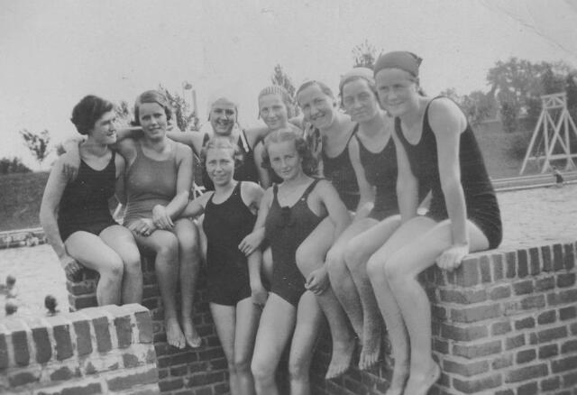 064807 - Zwemsters in het openluchtzwembad aan de Ringbaan-Oost.