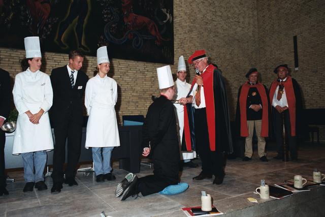 1237_003_294_022 - Scholen. De Rooi Pannen.De Rooi Pannen dankt zijn naam aan het karakteristieke klooster in Tilburg met de opvallende rode dakpannen. Het pand werd in 1914 gebouwd naar een ontwerp van Jan van der Valk. Allerlei opleidingen in het leerplein. Horeca uitreiking diploma 2003