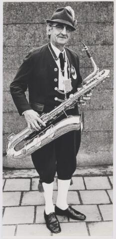 081118 - Marius Coppens (24 december 1908 - 18 november 1986); was 15 jaar lid van de boerenblaaskapel De Blaasbalgen in Gilze