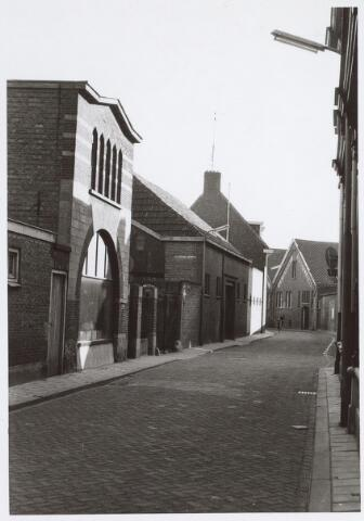 025486 - Langestraat, met links vooraan de etalage van de firma Petit, een zaak in grafmonumenten