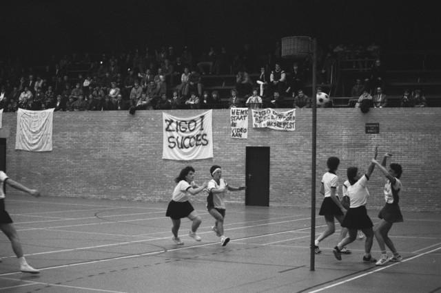 TLB023002498_001 - Een korfbal wedstrijd