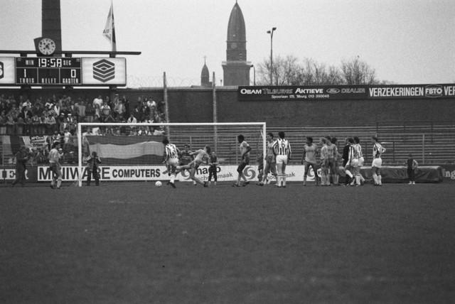 TLB023002606_001 - Een voetbal wedstrijd van Willem II thuis spelend