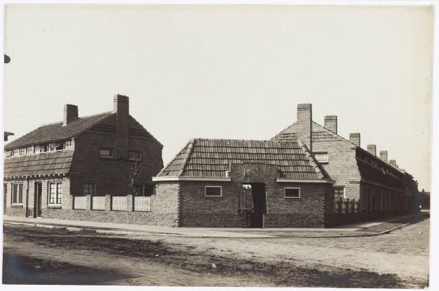 034657 - V.l.n.r. de huizen 3 en 1 in de Weverstraat. De straat rechts op de foto is de Textielstraat