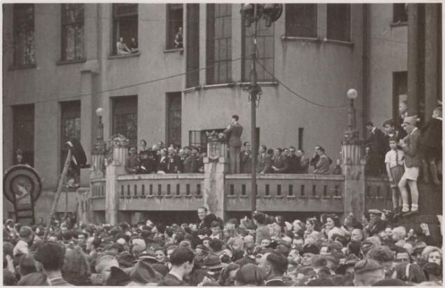 042792 - Koninklijke bezoeken. Prinses Juliana op het balkon van het Paleis-Raadhuis tijdens har bezoek aan Tilburg op de nationale bevrijdingsdag 9 mei 1945