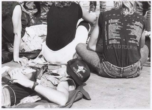 043412 - Op 4 september 1988 vond in het stadion van Tilburg muziekevenement plaats getiteld 'Monsters of Rock'.