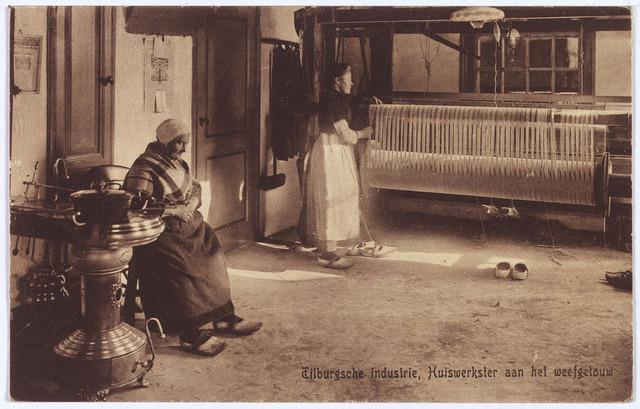 003243 - Interieur van een Tilburgse weverswoning. Voor het raam het weefgetouw. Bij de plattebuiskachel een vrouw in klederdracht.