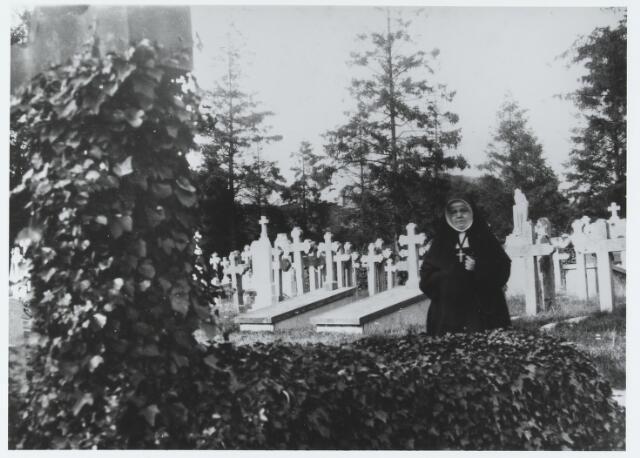 056141 - Zuster Johanna Francisca van Besouw, gefotografeerd op het kerkhof aan de St. Jansstraat. Zij was lid van de congregatie van de zusters van het Kostbaar Bloed en werd geboren te Goirle als Christina van Besouw op 17 mei 1874, als dochter van fabrikant Gerardus van Besouw en Johanna van de Lisdonk. Zij overleed te Hengelo op 9 mei 1938.