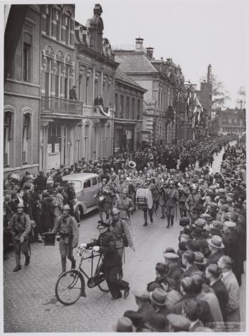 053680 - Aankomst van het 2e bataljon Jagers in de Stationsstraat onder begeleiding van de Grenadiers en Jagers; kapelmeester W. de Boer, kapitein