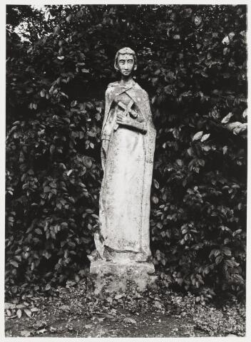 067908 - De H. LIDWINA (Schiedam 1380-1433), kalkstenen beeld door A.M.H.  MARCHABD (geb. 1931). Vervaardigd in opdracht van de toenmalige pastoor van de Lidwinaparochie, F. TILMAN. Het beeld werd voltooid in 1953. De heilige heeft haar faam te danken aan het dapper gedragen lijden tijdens een ziekbed van 38 jaar, gevolg van een val op het ijs toen zij 14 jaar was.  Lokatie: de tuin van de pastorie van de St. Lidwinaparochie, hoek Trouwlaan - Gen. Smutslaan.   Trefwoorden: Kerkelijke kunst, openbare ruimte.