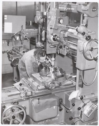 """039396 - Volt, Zuid. Technische Afdeling, Gereedschapmakerij. De Gereedschapmakerij van Volt beschikte over z.g.n. coördinatenboormachines. De hier getoonde was een S.I.P., de """"keizer"""" van dit soort machines. Deze machine was in staat gaten te boren met hartafstanden van 1/1000 mm. Op de foto de heer Frans Jansen als operator in februari 1957. Privé was Frans actief als klokken- en horlogemaker."""