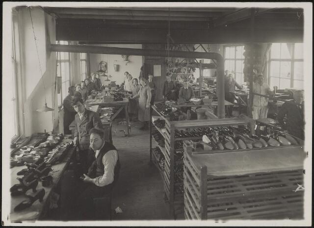 603848 - Familie Dudar, Tilburg. Arbeiders op de  werkvloer  van de schoenfabriek Dudar. De fabriek was gevestigd in de St. Antoniusstraat 36 van 1921 tot 1939.
