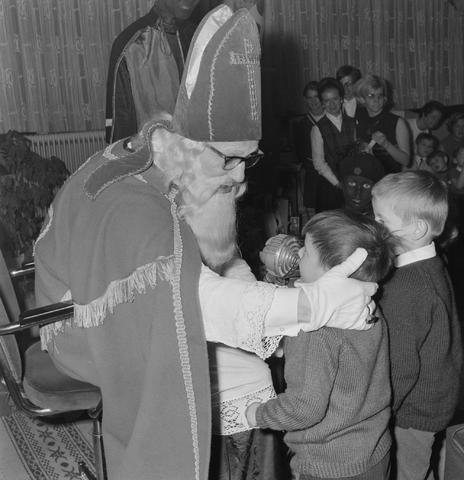 1237_004_099_007 - Kinderen. Sinterklaas. Kinderen van 3 Suisses-medewerkers tijdens een St. Nicolaasfeest kindermiddag.
