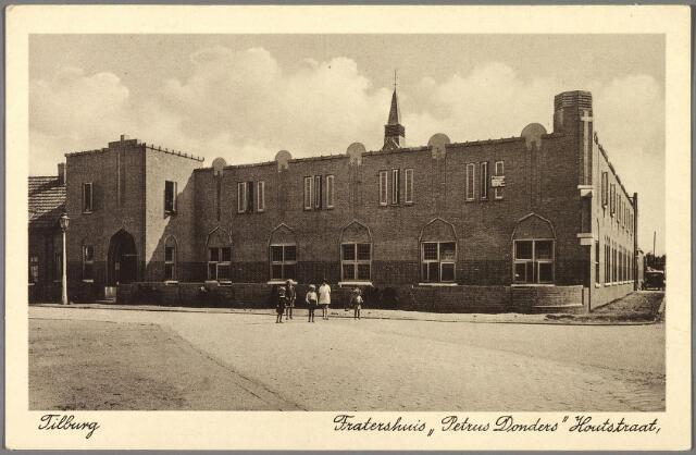 010212 - Aan de Houtstraat, rond 1900 'Klein Amsterdam' genoemd, bouwde de fraters in de jaren 1933/1934 het fratershuis Petrus Donders. Het klooster werd ingewijd door mgr. Diepen op donderdag 23 augustus 1934. Ondanks de naam van het klooster, werd de patroon de H. Norbertus, dit als herinnering aan de norbertijnen, die eeuwenlang de geestelijke belangen van de parochie het Goirke behartigden. Later kreeg het gedeelte van de Houtstraat waaraan het klooster stond de naam Kardinaal de Jongplein. De kapel van het klooster kreeg in 1956 een kruisweg geschilderd door Nico Molenkamp.